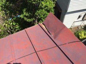 風が吹くと屋根から異音がする